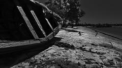BARCO_A_SECO_NACALA_VELHA_NAMPULA_MOZAMBIQUE (paulomarquesfotografia) Tags: paulo marques sony hx400v nacala velha nampula moçambique mozambique beach praia barco mar sea black white bw preto branco area sand rope corda