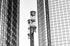 Lichtmacherin (tan.ja1212) Tags: architektur architecture lampe lamp laterne fassade fenster hochhaus wolkenkratzer gebäude building skyscraper windows lantern schwarzweis monochrom frankfurtmain