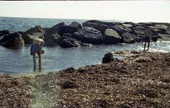 Giochi al mare (paolapaoletta) Tags: porst haponette kodakcolorplus200 children bambini beach spiaggia mare sea giochi gioco play armaditaggia liguria italy
