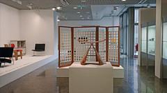 Le tabouret papillon de Sori Yanagi (Kunstgewerbemuseum, Berlin) (dalbera) Tags: dalbera berlin muséedesartsdécoratifs allemagne kulturforum kunstgewerbemuseum sièges papillon soriyanagi