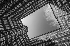 sky view (Blende1.8) Tags: chilehaus hamburg architecture wideangle architektur windows fenster innenhof rahmen patio innercourtyard inneryard sigma 816mm nikon d7000 deutschland germany carstenheyer schwarzweiss schwarz weis black white mono monochrome monochrom