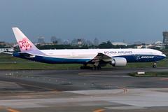 China Airlines   Boeing 777-300ER   B-18007   Boeing Dreamliner livery   Taipei Taoyuan (Dennis HKG) Tags: chinaairlines cal ci taiwan dynasty boeing 777 777300 777300er boeing777 boeing777300 boeing777300er aircraft airplane airport plane planespotting taipei taoyuan rctp tpe b18007 skyteam canon 7d 70200