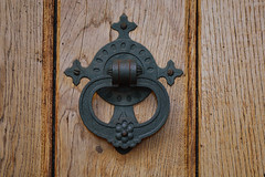 D71_5594A (vkalivoda) Tags: klepadlo doorknocker doors dveře detail smallobjects church kostel redchurch wood circle metal türbeschläge
