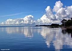 Spiegelung (garzer06) Tags: wasser wellen wolken himmel deutschland blau weis landschaft naturephoto spiegelung landschaftsfoto boote mönchgut naturfoto landschaftsbild mecklenburgvorpommern landscapephoto vorpommernrügen inselrügen vorpommern landscapephotography insel ufer küstenlandschaft rügen landschaftsfotografie