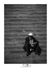 La escalera (Mari Ivars) Tags: steep escalera wb blancoynegro retrato street solo hombre lineas gente soledad