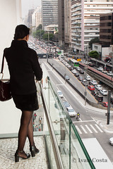Mulher observa Av. Paulista a partir do IMS (Ivan Costa) Tags: ims instituto moreira salles mulher woman avenida paulista sao paulo sp brasil brazil traffic transito avenue art arte