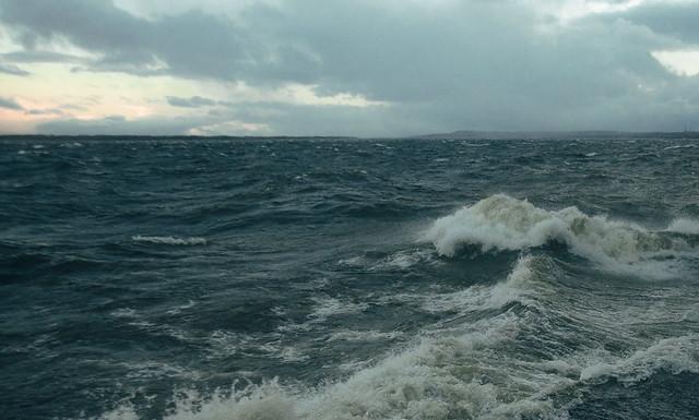 ВОктябрьске cотрудники экстренных служб эвакуировали рыбаков, которые потерпели бедствие наВолге