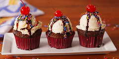 Ice Cream Sundae Cupcakes; a great dessert for everybody (DIYVila) Tags: dessert dessertrecipes easydessert icecreamsundaecupcakes