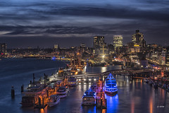 blaue Stunde im Hafen (hph46) Tags: elbphilharmonie hamburg deutschland germany norddeutschland nachtaufnahme blauestunde hafen elbe schiffe sony alpha7r canonef70200mm14lisusm