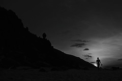 Del paraiso al sol (alestaleiro) Tags: monochrome monocromo bw bianconero silouhette silueta man walker sunset sol atardecer pedrafurada jericoacoara jeri ceará brasil brazil contorno sole alestaleiro