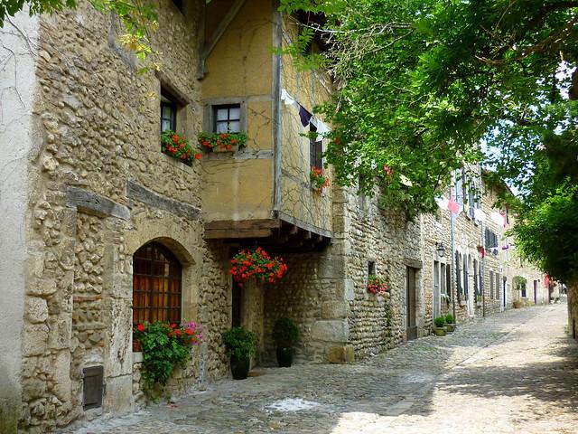 最高級食材「ブレス鶏」の街と中世の村プルージュ(海外の村・世界の村を訪問できるオプショナルツアー)