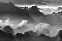 *Mystical Hua Mountains* (albert.wirtz) Tags: landscape china albertwirtz mountains huamountains huayin shaanxi asien sw schwarzweiss swumwandlung mystical mystisch mysticalmountains nebel clouds fog mist nebbia niebla bruma brume brouillard neblig foggy misty sonnenstrahlen sunrays natur nature natura paesaggi paysage asia nikon d810 seilbahn cablecar hiking climbing wandern überdenwolken sky himmel gegenlicht backlight huàshān huashanmassiv 華山华山 peoplesrepublicofchina volksrepublikchina reichdermitte dunst dust top20china outstandingimage landscapephotography landschaftsfotografie