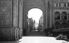 Desde el Norte, el arco Sur. (Gaby Fil Φ) Tags: arequipa catedraldearequipa departamentoarequipa arquitectura arquitecturacolonial ciudadescolonialesdeaméricalatina patrimoniodelahumanidad perú sudamérica sillar monocromo blancoynegro