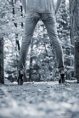 Bérengère (7) - Gap - Octobre 2017 (Le Rêv'elle ateur) Tags: canon eos 6d eos6d canon70200f4 paca hautesalpes gap charance modèle bérengère shooting extérieur outside arbre tree feuille leaf feuillage foliage talonshauts highheels chaussures shoes escarpin jambe leg fesse buttock jeandéchiré rippedjean skancheli noiretblanc blackandwhite monochrome