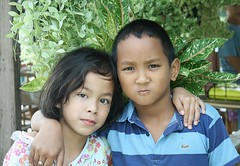 tight-lipped boy with his girlfriend (the foreign photographer - ฝรั่งถ่) Tags: boy girl hands shoulders khlong thanon portraits bangkhen bangkok thailand canon kiss tight lipped