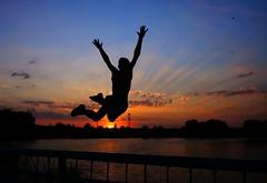 полет (umas70) Tags: закат красный вечер прыжок дети тень вода озеро солнце свет лучи