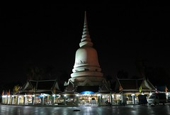early morning at the chedi (the foreign photographer - ฝรั่งถ่) Tags: chedi lighting closed wat prasit mahathat buddhist temple bangkhen bangkok thailand canon