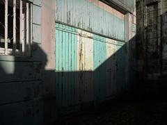 (Jean-Luc Léopoldi) Tags: portes garage soleil ombre oblique vétuste peinture