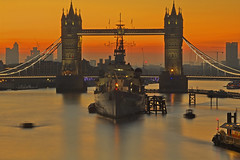 La guardia del ponte / The guard of the bridge (Tower Bridge, London, United Kingdom) (AndreaPucci) Tags: towerbridge london uk hmsbelfast sunrise thames river andreapucci canoneos60