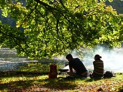Warme Würstchen. (remember moments) Tags: dietmarvollmer goldeneroktober indiansummer park people tree pair couple bbq stadtwald köln cologne