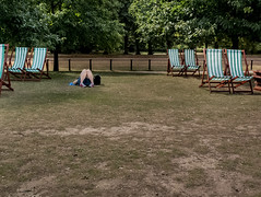 Hyde Park, London, 2016 (Alberto Pérez Puyal) Tags: 2016 alberto empty england funny grass greatbritain green hydepark leg london park perez puyal rest resting seat