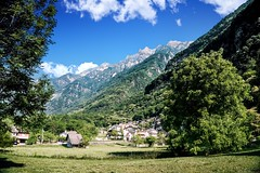 Welcome in Valchiavenna! (Mario Ottaviani Photography) Tags: sony sonyalpha italy italia paesaggio landscape travel adventure nature scenic exploration view vista breathtaking tranquil tranquility serene serenity calm marioottaviani valchiavenna welcome montagne mountains verde green