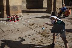 Aquellos maravillosos juegos. (Jose_Pérez) Tags: color juego niño bolos plazanueva bilbao street streetphoto sombra silueta bola