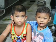 pals (the foreign photographer - ฝรั่งถ่) Tags: two boys pals buddies khlong thanon portraits bangkhen bangkok thailand canon kiss