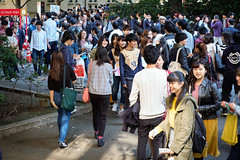 Crowds - Waseda Festival Wasesai JRC 20171104 (Rick Cogley) Tags: 2017 cogley fujifilmxpro2 35mm 160sec iso800 expcomp10 whitebalanceauto noflash programmodeaperturepriority camerasnffdt23469342593530393431170215701010119db2 firmwaredigitalcameraxpro2ver312 pm saturday november f4 apexev100 focusmode lenstypexf35mmf14r wasesai waseda festival 早稲祭 fall autumn 秋 university students shinjukuku tokyo japan jp