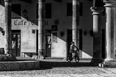Un pomeriggio d'estate  a Covarrubias (mariateresa toledo) Tags: colonne ombre shadows bimba bicicletta child bicycle plazadedoñasancha covarrubias burgos castiglialeon spagna sonynex7 distagontfe1435 zeiss mariateresatoledo dsc03577