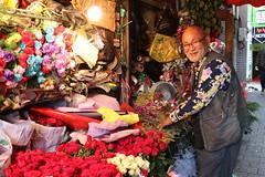 Florist in Jongno in Seoul, Korea (mbphillips) Tags: korea 한국 韓國 seoul 서울 首尔 jongnogu 종로구 鐘路區 florist canonefs24mmf28stm canon80d asia 亞洲 fareast アジア 아시아 亚洲 mbphillips flowers people gente 人 사람들