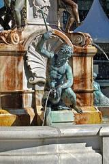 Innsbruck - Brunnen zu Ehren Leopold V. (3) (Pixelteufel) Tags: innsbruck tirol tyrol österreich austria tourismus innenstadt city stadtmitte stadtkern historisch restauriert erneuert brunnen brunnenanlage brunnenfigur wasserspiel wasserspeier plastik skulptur bildhauerei figur gestalt statue mann kunst bronze bronzeskulptur bronzeplastik