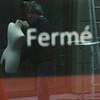 reflets au carré (6) (nkpl) Tags: vitrine reflet reflection reflect shopwindow dummy mannequin naturallight lumièrenaturelle extérieur exterior outside outdoor fermé closed red dark squareformat formatcarré