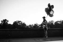 Ballons (fernando_gm) Tags: monocromatico monochrome person personas people blackwhite bw cracovia street gente blanco airelibre fujifilm blancoynegro fuji xt1 35mm polonia