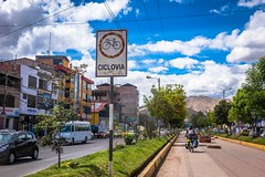 Leaving Cusco they have a nice cyclists lane in the middle meridian.