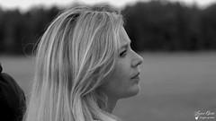 Sandrine, une grande amitié aéronautique (Laurent Quérité) Tags: lafertéalais france woman femme girl portrait noiretblanc blackwhite face canonef100400mmf4556lisusm canoneos7d canonfrance letempsdeshélices meetingaérien airshow