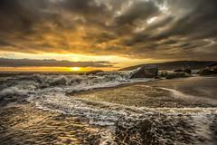 Sunrise in Taquarinhas Beach (rqserra) Tags: amanhecer alvorecer praia agua sol nuvens onda natureza dawn sunrise beach clouds waves nature rqserra balneariocamboriu brazil