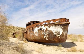 Un bateau rouillé jusqu'aux os