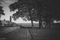 Das ehemalige Krematorium und dahinter die ehemalige Lagermauer der Mahn- & Gedenkstätte des zwischen 1939 und 1945 existierenden Frauen-Konzentrationslagers Ravensbrück