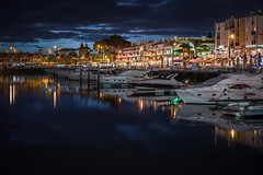 Vilamoura (Rafael Zenon Wagner) Tags: nikon d810 50mm portugal algarve nacht langzeitbelichtung hafen harbor promenade yacht boot steg hotel spiegelung farben blau orange rot weis night longexposure le port jetty reflection colors blue red white wasser meer himmel