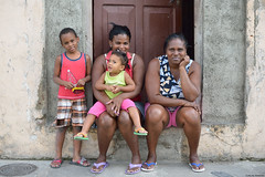Portrait in Santiago de Cuba (Carlos Arriero) Tags: santiagodecuba cuba centroamérica retrato portrait street calle urban urbana carlosarriero nikon d800e tamron 2470f28 people gente sonrisa color colour colors city ciudad woman