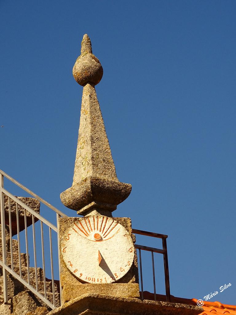 Águas Frias (Chaves) - ... relógio de sol na torre da igreja ...