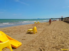 yellow chairs (archgionni) Tags: spiaggia beach sabbia sand mare sea acqua water onde waves gente people cielo sky blu blue sedie chairs giallo yellow