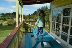 Kletterspezialistin Astrid zeigt sich mal von ihrer Prinzessinnen-Seite auf der Veranda.