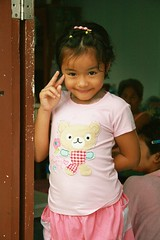 shy, cute girl in a doorway (the foreign photographer - ฝรั่งถ่) Tags: cute girl child peace sign doorway khlong thanon portraits bangkhen bangkok thailand canon kiss