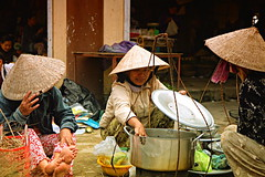 Lunch with Friends, Vietnam (gabrielfiuza) Tags: street food colors hat social lunch vietnam travel people
