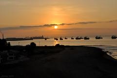 Atardecer en Arica (Javiera C) Tags: chile arica city ciudad norte north desierto desert playa beach sea océano ocean mar shore coast horizonte horizon atardecer sunset contraluz backlightning ship barco costa sun sol