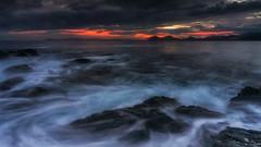 Cielo muy nuboso (Carpetovetón) Tags: cielo nubes nublado agua amanecer costa cantábrico mar marcantábrico marina colores paisaje largaexposición landscape longexposure océano costacantábrica sonynex5n sunrise castrourdiales cantabria españa