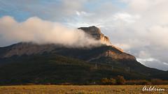 Oroel 2 (Aildrien) Tags: pirineos oroel jaca cielo nubes aragón pyrenees montañas mountains sky luz light atardecer huesca clouds