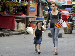 Determined (Beegee49) Tags: street mother daughter filipina cake box crossing bacolod city philippines